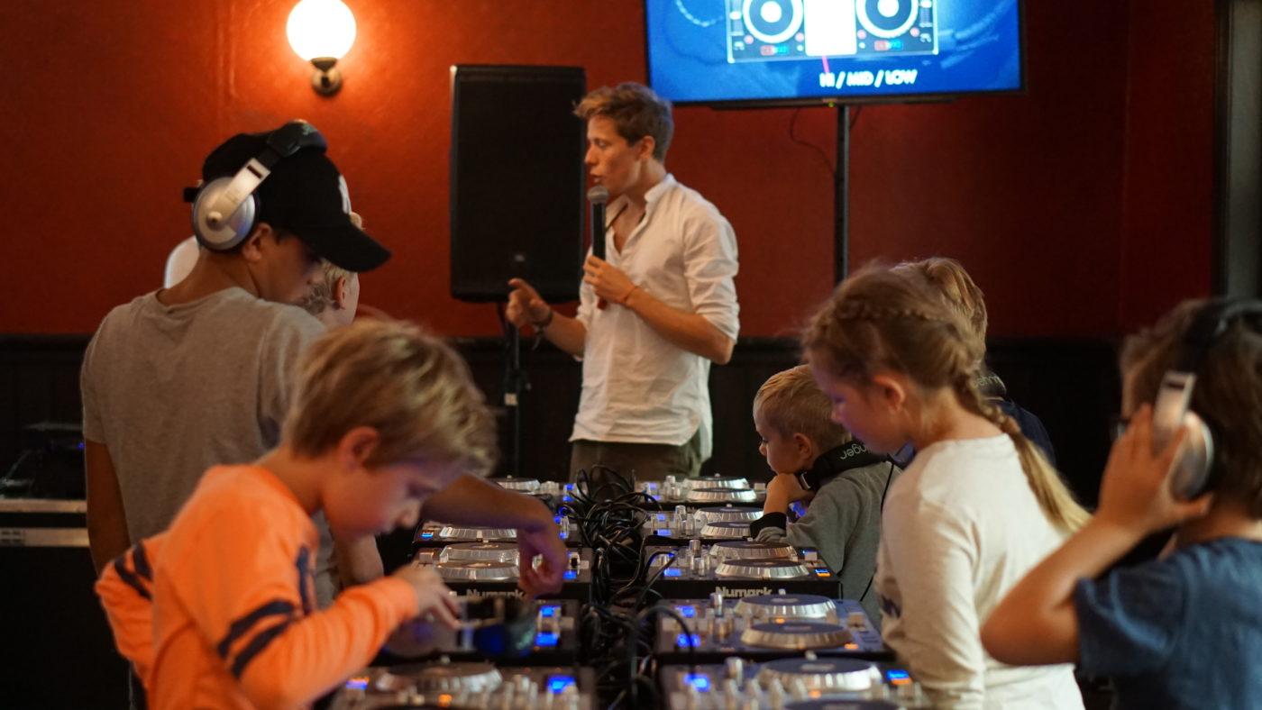 DJ Workshop voor kinderen, DJ geeft uitleg over DJ Set voor kinderen
