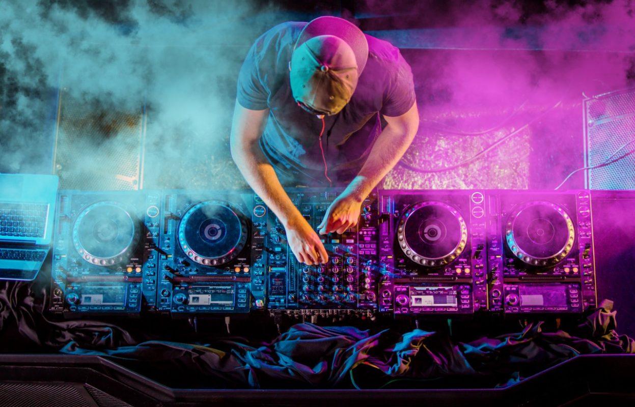 volwassen DJ draait tijdens een DJ workshop
