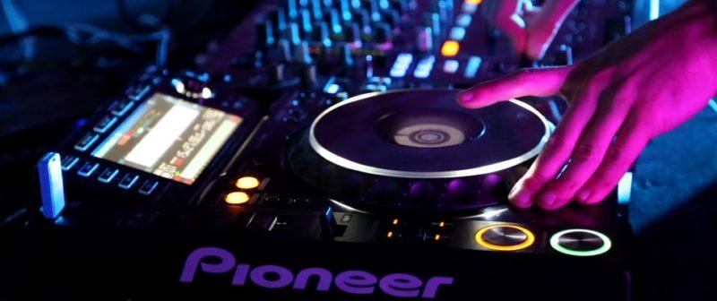 Volwassen hand op DJ Set tijdens DJ workshop