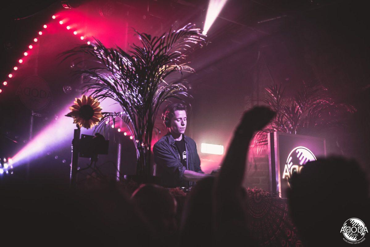 DJ jongen draait muziek op een evenement