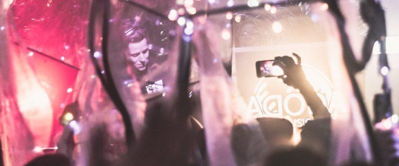 DJ aan het draaien tijdens een bedrijfsfeest